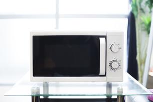 電子レンジのあるキッチンの写真素材 [FYI04891310]
