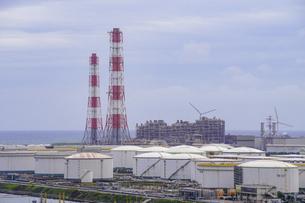 港公園の展望塔(茨城県神栖市)から鹿島臨海工業地帯を俯瞰(火力発電所)の写真素材 [FYI04891353]