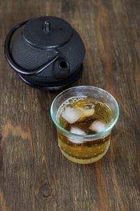 南部鉄器の急須とお茶の写真素材 [FYI04891399]