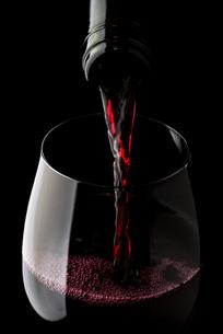 赤ワインを注ぐの写真素材 [FYI04891515]
