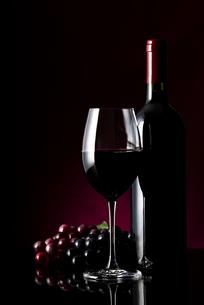 ワインとボトルと葡萄の写真素材 [FYI04891565]
