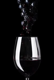 葡萄の果汁と赤ワインの写真素材 [FYI04891664]