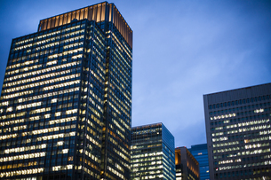 夕方の東京駅のオフィスビルの写真素材 [FYI04891668]