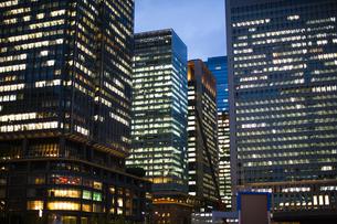 夕方の東京駅のオフィスビルの写真素材 [FYI04891669]