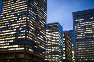 夕方の東京駅のオフィスビルの写真素材 [FYI04891670]