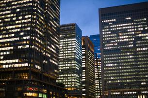 夕方の東京駅のオフィスビルの写真素材 [FYI04891672]