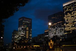 夜の東京駅のオフィスビルの写真素材 [FYI04891673]