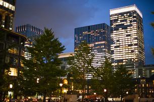 夜の東京駅のオフィスビルの写真素材 [FYI04891674]