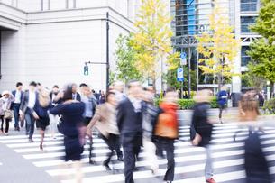 東京駅前の交差点を行き交うビジネスマンの写真素材 [FYI04891776]