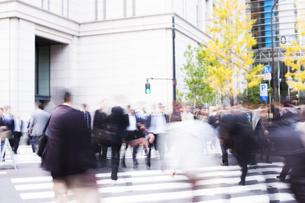 東京駅前の交差点を行き交うビジネスマンの写真素材 [FYI04891778]