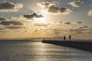 竹富島西桟橋夕景の写真素材 [FYI04891804]
