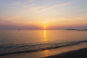 北条海岸にて夕日に染まる夕焼けの空と海と渚の写真素材 [FYI04891815]