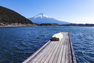 田貫湖から見渡す冬の富士山の写真素材 [FYI04891826]
