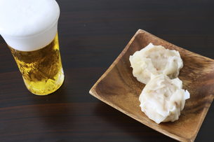 木製の皿にのせた海老シュウマイの写真素材 [FYI04892199]