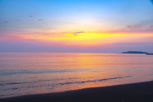 北条海岸にて夕焼けに輝く空と海の写真素材 [FYI04892502]