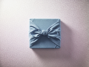 水色の風呂敷に包まれた贈答品イメージの写真素材 [FYI04892632]