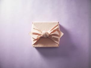 ピンク色の風呂敷に包まれた贈答品イメージの写真素材 [FYI04892642]