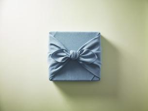 水色の風呂敷に包まれた贈答品イメージの写真素材 [FYI04892643]
