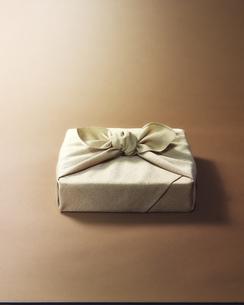 黄色の風呂敷に包まれた贈答品イメージの写真素材 [FYI04892650]