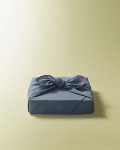 水色の風呂敷に包まれた贈答品イメージの写真素材 [FYI04892654]