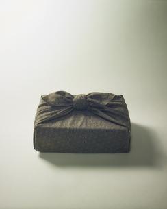 風呂敷に包まれた贈答品イメージの写真素材 [FYI04892658]