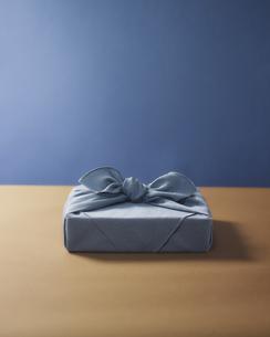水色の風呂敷に包まれた贈答品イメージの写真素材 [FYI04892663]
