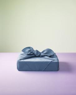 水色の風呂敷に包まれた贈答品イメージの写真素材 [FYI04892664]