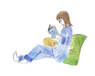 パジャマ姿で読書する女性 水彩イラストのイラスト素材 [FYI04892683]