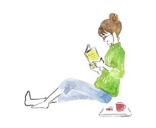 座って読書する女性 水彩イラストのイラスト素材 [FYI04892684]
