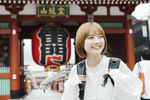 浅草を観光する女性の写真素材 [FYI04892689]