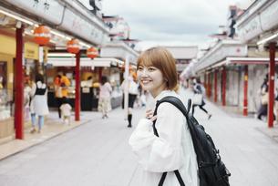 浅草を観光する女性の写真素材 [FYI04892697]