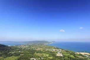 奄美大島加世間峠から見える東シナ海と太平洋の二つの海の写真素材 [FYI04892705]