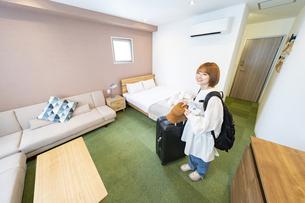 ホテルの部屋を見渡す女性の写真素材 [FYI04892714]