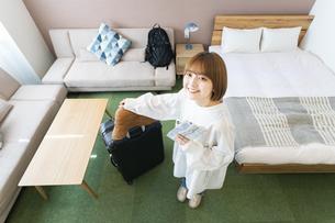 ホテルの部屋を見渡す女性の写真素材 [FYI04892727]