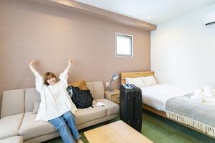 ホテルの部屋でくつろぐ女性の写真素材 [FYI04892740]