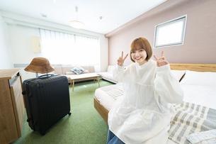ホテルの部屋でくつろぐ女性の写真素材 [FYI04892742]