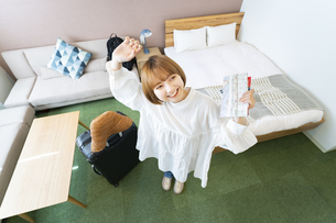 ホテルの部屋でくつろぐ女性の写真素材 [FYI04892743]