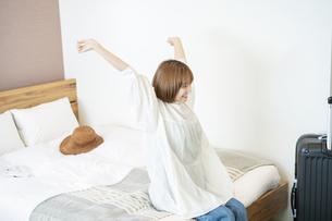 ホテルのベッドでゆったりする女性の写真素材 [FYI04892751]