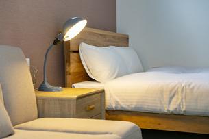 ベッドサイドで点灯している明かりの写真素材 [FYI04892755]
