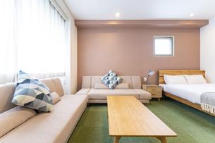 ソファとベッドのあるホテルの部屋の写真素材 [FYI04892847]