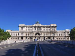 ローマ、テベレ川に架かるウンベルト1世橋から、パラッツォ ディ ジュスティツィア(正義の宮殿)の写真素材 [FYI04892875]