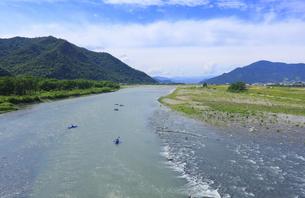 鼠橋から望む千曲川下流側とカヌーの写真素材 [FYI04892995]
