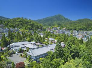 新緑の別所温泉と夫神岳の写真素材 [FYI04893071]
