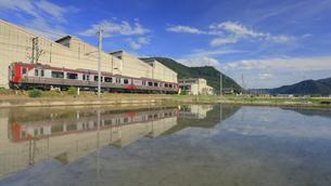 しなの鉄道のSR1系電車とテクノさかき工業団地と田園の写真素材 [FYI04893133]