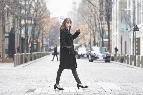 日本・東京のビジネス街を歩くの写真素材 [FYI04893140]