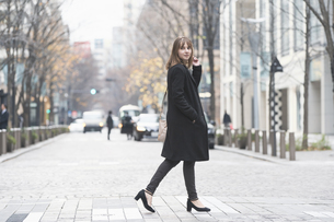 日本・東京のビジネス街を歩くの写真素材 [FYI04893141]