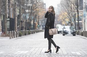 日本・東京のビジネス街を歩くの写真素材 [FYI04893142]