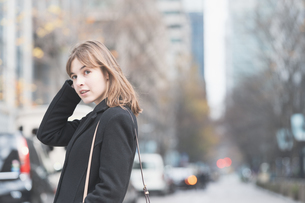 日本・東京のビジネス街を歩くの写真素材 [FYI04893144]