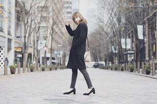 日本・東京のビジネス街を歩くの写真素材 [FYI04893145]