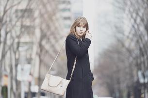 日本・東京のビジネス街を歩くの写真素材 [FYI04893146]